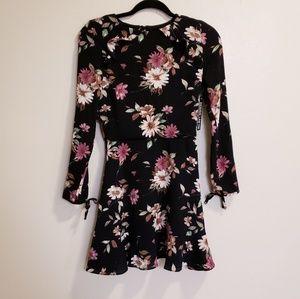 Design lab lord&Taylor black floral sleeve dress